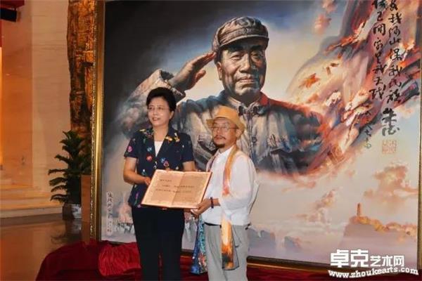 北京市人大常委会副主任杨艺文向陈可之先生颁发捐赠证书